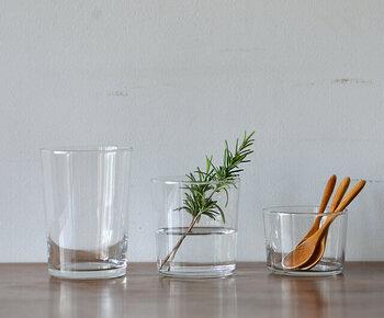 グラスや小皿など、透明の小さな食器にウッドチップを入れると、とてもおしゃれになります。もちろん家にあるものでも大丈夫ですが、できれば新しくアロマ専用の物を用意してみましょう。