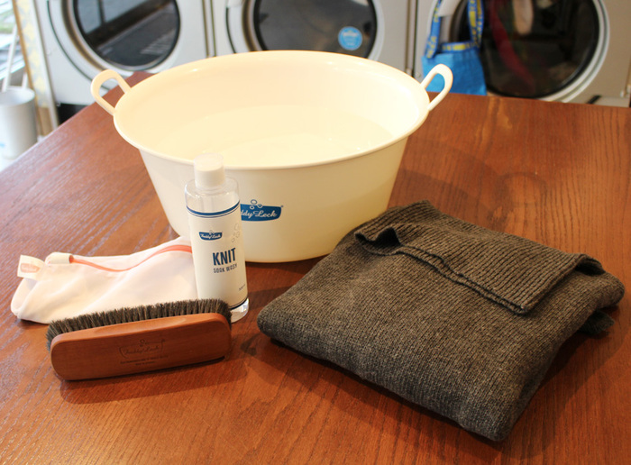 衣類を洗濯する場合、洗濯表示のマークで家庭で洗えるものかを確認し、ニットはぴったり合うサイズのネットに1着ずつ入れて、おしゃれ着用やニット専用の洗剤で手洗い、または洗濯機のドライコースで洗いましょう。その際には、ニットを裏返しにしてニットに入れると、表面の摩擦が減り、毛玉が起きにくくなります。