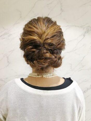 トップの髪をくるりんぱして、サイドをループ編みにしてシニヨンにしたヘアアレンジ。トップはふんわりとボリュームを持たせると◎。簡単なのに後姿もおしゃれに見えるというのも嬉しい。