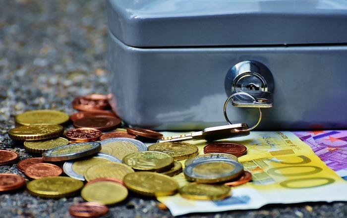 特別費の管理をしていない方は、万が一の時には貯金用のお金から出費を賄っているという方もいらっしゃるのではないでしょうか。同じ収入から出ていれば結果は同じと思わるかもしれませんが、長期的な貯金は出来れば途中で手をつけずにコツコツ貯蓄するのが理想的です。思わぬマイナスを防ぐことで、しっかりと貯金額の目標を立てることができますね。