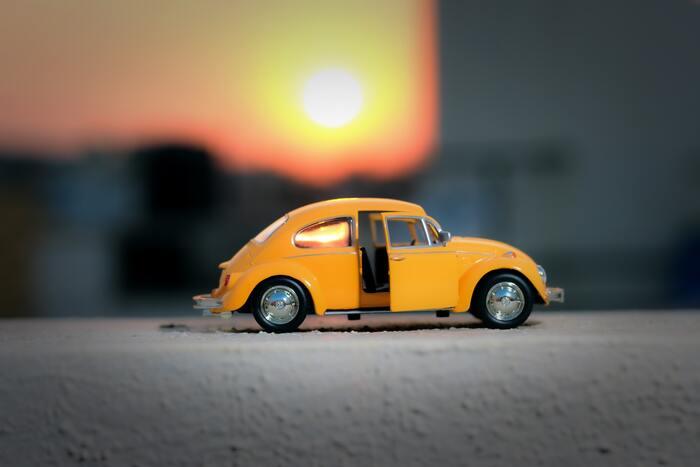 一台あると、ガソリン代以外にも意外と経費がかかる車。その中でも、保険料と車検代は大きな出費になります。新車を購入した場合には、最初の車検は3年目ですが、その後は2年に一度の大きな出費に向けて準備しておきましょう。保険料は、保険会社によっても掛け金が変わるので、定期的な見直しも忘れずに!