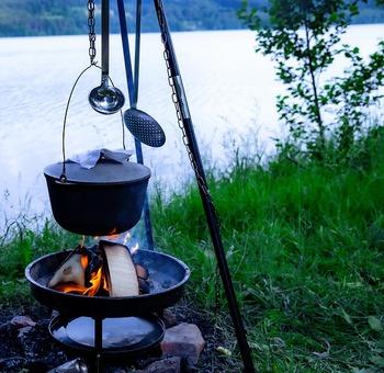 寝袋などの準備がいらない「デイキャンプ」(日帰りキャンプ)は、「キャンプで料理をしてみたい!」という人にぴったりの手軽さが魅力。テントや焚き火台をレンタルすれば、あとは調理器具を用意するだけで始められます。  今回はそんなデイキャンプにおすすめの簡単キャンプ料理をご紹介します。あると便利な調理グッズもご一緒にチェックしてみて下さいね。