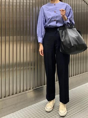 ふんわりとした袖が素敵なシャツは、ストレートの黒パンツにinして引き締め。キナリカラーのスニーカーでさりげなくカジュアルさをプラスすれば、ひとつ大人のコーデに。