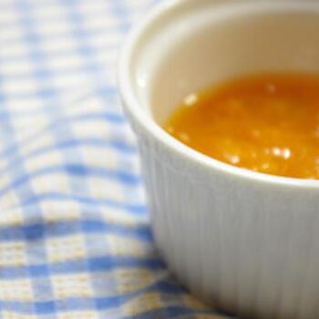 耐熱容器に切ったあんずと砂糖を入れてレンジに5分程度かけるだけで、おいしいアプリコットジャムができます。急ぐときには、こんな作り方もいいですね。