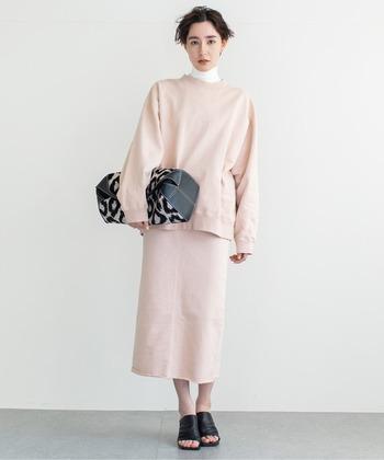 明るすぎないくすみカラーのピンクのスウエットは、上品な印象ですね。お揃いのスウェットスカートと合わせてセットアップにすると、きちんと感がアップします。