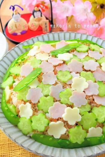 まだ生ものが食べられない小さなお子さんには、チーズとハム、キュウリのお花を飾ったちらし寿司を。ポンポンとたくさんのお花をつくったら、ぺたぺた飾りつけ♪楽しい上に見た目もかわいらしいですね。