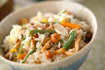 山菜の水煮を使うレシピも、自家製の山菜ミックスを使うと風味がよくなります。複数の山菜がなくても「わらびご飯」「ふきご飯」のようなアレンジレシピとして楽しんでも。