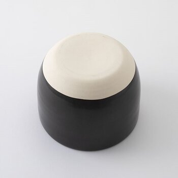 ご飯をおいしく保存する秘密は陶器の素焼き部分にあります。ふたの裏と底の部分でご飯の水分を吸水して、時間が経ってもべちゃっとしないおいしいご飯をキープしてくれます。