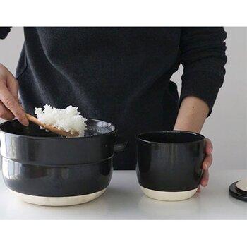 「こぶり」サイズにはご飯1合分が入ります。レンジで温めなおすときは、500Wで2~3分程度暖めるのが目安です。おひつが吸っていた水分をご飯に戻して、ふっくらと温めなおしてくれます。