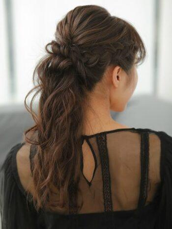 ふわふわウェーブの編み込みを生かしたスタイル。ノンパーマの人はコテやホットカーラーなどで事前に巻いておけばOKです。ラフに崩してヘアアクセをつけるだけで今っぽいアレンジになります。