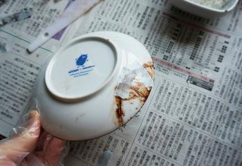まず、小麦粉と水と漆を混ぜた「麦漆」で割れた器を接着します。ずれないよう丁寧にくっつけることが、綺麗に仕上げるポイント。
