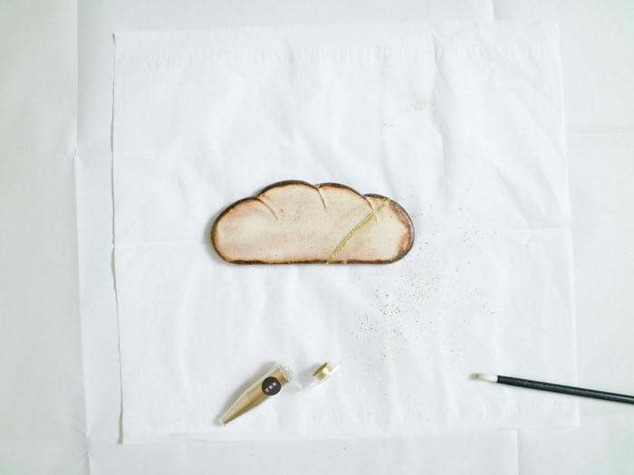 仕上げに金粉や銀粉をまき、乾燥させたら出来上がりです。粉をまくのに時間がかかると表面が凸凹するので、素早くまくのがポイント。