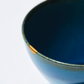縁の欠けに金が入ると、ワンポイントになって素敵♪器の色との調和を楽しめます。