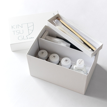 ボックスには、金継ぎの道具をすっきり収納できます。シンプルなデザインのボックスは、お部屋に出していてもおしゃれ♪