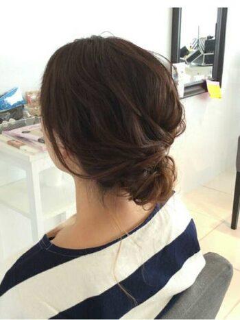 シンプルなまとめ髪の簡単アレンジ。毛束をつまみ出してボリュームを出すのがポイントです。
