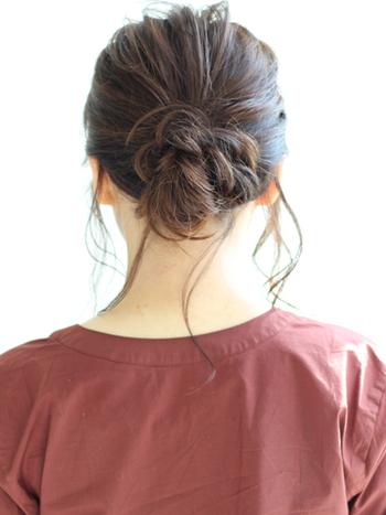 """ルーズなシニヨンはトレンドの「シースルーバング」とも相性◎ リラックス感漂うまとめ髪になります。やはりコツは""""巻いて""""おくこと。仕上がりは全然違いますよ。"""
