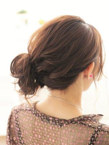 ミディアムさんの中にも短めの人・長めの人がいるかと思います。短めで後れ毛が気になってしまう場合は、ねじって結んだ髪の中に入れ込んだり、ピンで留めたりしても。