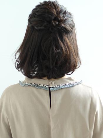 両サイドを編み込み、全体的にふんわりと仕上げてハーフアップした編み込みスタイル。普段はもちろん、結婚式やお食事会など特別な日のアレンジにもおすすめです。