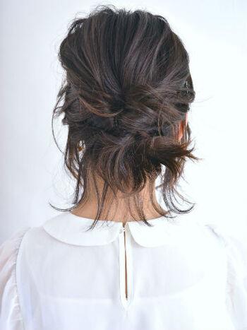 後れ毛が無造作感を演出したくるりんぱスタイル。短さを後れ毛として活かすことで、センスのいいまとめ髪に。最後に後れ毛などを軽く巻いてもいいですね◎