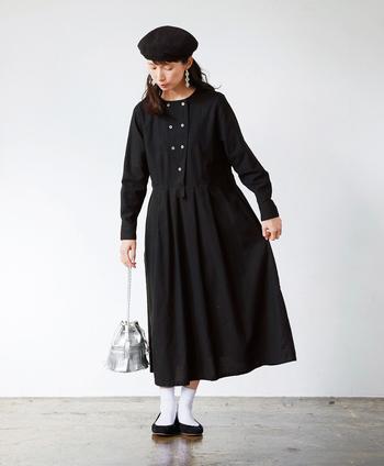 シンプルなブラックワンピースは、さらりと一枚着るだけで洗練された大人のおしゃれが楽しめます。サニークラウズで人気のシリーズ「魔女ワンピ」からコックコートをモチーフにした新作ワンピが登場。ウエストの切り替えからふんわりと広がるスカートのシルエットが女性らしい一枚です。