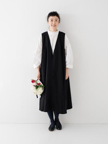 合わせるインナー次第でコーデの印象が決まるVネックノースリーブドレス。おめかしスタイルなら、⽩ブラウスをインして正統派に着こなすのがおすすめです。深く開いたVネックが強調され、すっきりとした印象に。