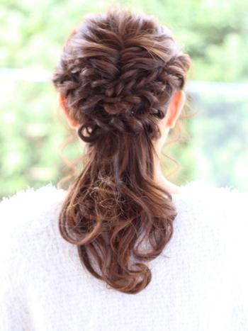 シンプルに、トップの髪をフィッシュボーンアレンジに。 普通に結んでハーフアップにするより凝って見えて素敵ですね。