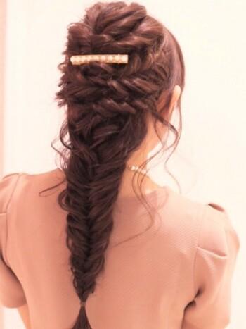 トップの髪を2回ほどくるりんぱしてから、残りの髪も一緒にフィッシュボーンに。 トップのボリュームも出てとっても素敵なアレンジ♪
