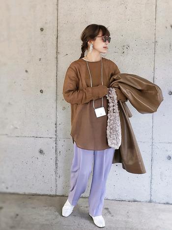シンプルなスタイリングですが、キレイ色のパンツをさらりと着こなすことで、こなれ感のあるコーデに。ボトムスの明るさに負けないホワイトカラーのシューズで、好バランスな足元に仕上がっています。