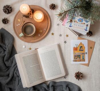 本を読むとき、物語の世界に集中できる空間づくりも大切。居心地のいい椅子やコーヒーテーブルを置いて、カフェスペースのような場所をつくったり、キャンドルや間接照明で優しい明かりの中で読書をすると、気持ちの落ち着きも高まります。