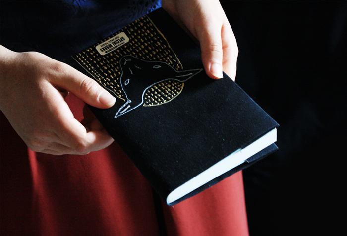 移動時間や休憩時間を利用して楽しむ読書には、ブックカバーや栞にも自分らしいアイテムを選ぶことで癒されます。少しでも自分の好きなものに囲まれる工夫をすることが心の安らぎに繋がりますよ♪