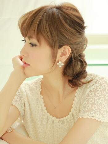 髪を持ち上げてアップにしようとせず、ちょっと落とす感じに仕上げるサイドシニヨンも素敵。横顔美人になれますね*