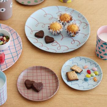 袋からお菓子をパクッとしてもいいのですが、せっかくの癒し時間、きちんと小皿に出して特別感を出しましょう。かわいいデザインのお皿を使えば、よりテンションもアップ!小分けにすることで食べ過ぎ予防にも繋がりますよ。
