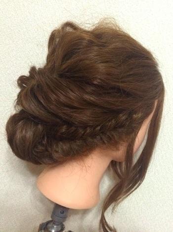 上でご紹介した「くるりんぱ」のあとにシニヨンを作るスタイルに加えて、両サイドを、フィッシュボーンにしてみてはいかがでしょう。毛量が多い方でも、これなら髪全体を美しくまとめ髪にできます。