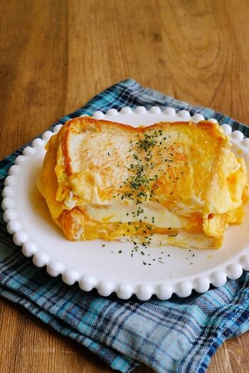 韓国で話題のワンパントーストは、鉄板で焼く卵たっぷりの軽食。韓国でトーストというと、屋台の鉄板で焼くホットサンドを指したりします。これもその一種で、いちごジャムをプラスするとより本格的。おうちでは、フライパンやホットプレートを使って作ってみましょう。
