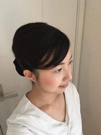 すっきりと髪がまとまって、職場のスタイルにもぴったり。黒髪でも相性がいいのも、シニヨンの魅力ですね。