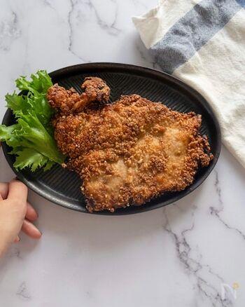 まるごと1枚の鶏むね肉を叩いて伸ばし、たれに漬け込んでカリッと揚げたダージーパイ。いま、日本でも人気が高まり、専門店もできているようです。衣に、小麦粉のほか白玉粉や片栗粉を混ぜるのがカリカリに仕上げるコツ。