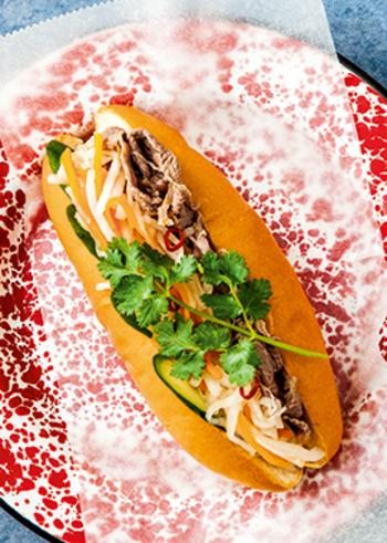 ナンプラーを使ったエスニックテイストのなますを挟んだサンドイッチ、バインミー。そのほかの具材は、肉・魚介・ハム…なんでもOK。ソフトなフランスパンを使いますが、こちらはコッペパンを使用して食べやすくしています。