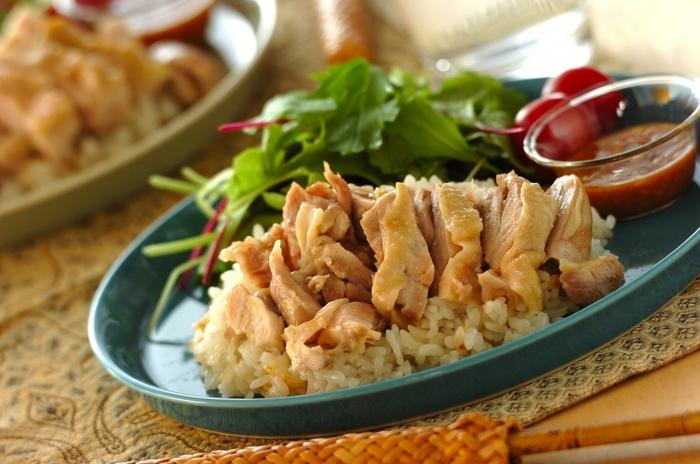 カオマンガイは、鶏肉をゆで、そのゆで汁で炊いたご飯をいっしょに食べる料理。現地では別ゆでですが、鶏とご飯をいっしょに炊くレシピならより手軽に作れますね。鶏のうまみがご飯にしみて、たまらないおいしさ♪