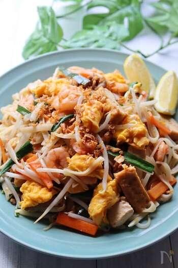 パッタイは、タイビーフン(米粉のヌードル)を炒めた料理。さっぱりとして軽く、野菜もたっぷりなのでヘルシーです。タイビーフンがない場合は、稲庭うどんなどでも代用してもOK。