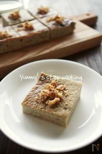 カノムモーゲンは、タロイモ・バナナ・緑豆・卵などで作る焼きプリンのようなスイーツ。タロイモの代わりに里芋、ヤシ砂糖の代わりに黒砂糖を使用するなど、身近な材料で作ることができます。