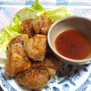 ライスペーパーを使ったベトナムの揚げ春巻き、チャーゾー。中国春巻きがパリッとしているのに対して、皮が薄い分、少しもちっと軽い食感が特徴です。