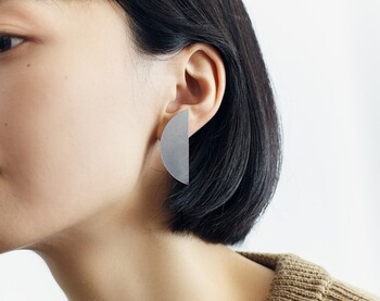 半円形のデザインは、女性的でアーティスティックな雰囲気があります。どちらも顔周りの主役になれるシンプルな存在感が魅力です。