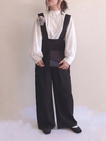 黒のサロペットとボリューム袖のブラウス。カジュアルな印象のあるサロペットですが、品のあるブラウスやアクセサリーと合わせる事でオケージョン仕様に。たっぷり袖とコサージュが華やかに見せてくれます。