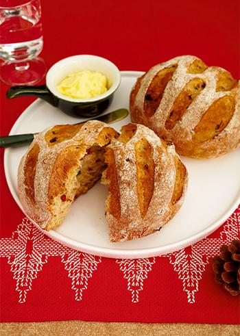 ドライトマトとピスタチオ入りで、香ばしさと酸味がたまらないライ麦パン。チーズやワインなどにもよく合う食事パンです。