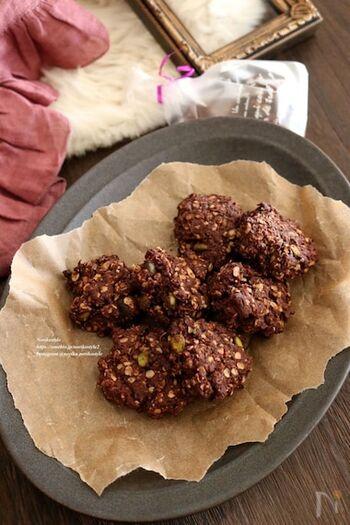 オートミールを使うことでザクザクした食感が生まれるココア風味のクッキーは、混ぜて焼くだけなので簡単!ピスタチオの食感と濃厚な風味も素敵なアクセントになります。