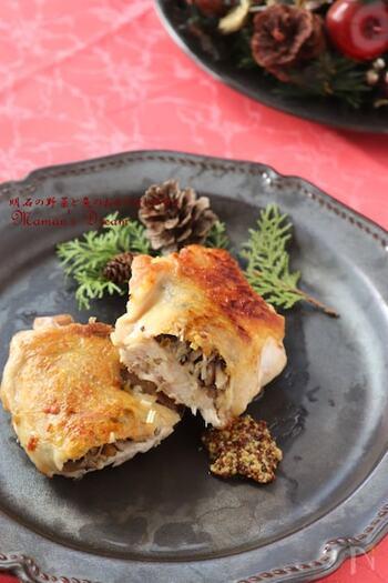 鶏もも肉にナッツやきのこの詰め物をしたごちそうメインディッシュ。鶏のうまみとナッツやきのこの風味が一体となって、豊かな味わい。粒マスタードを添えて召し上がれ。