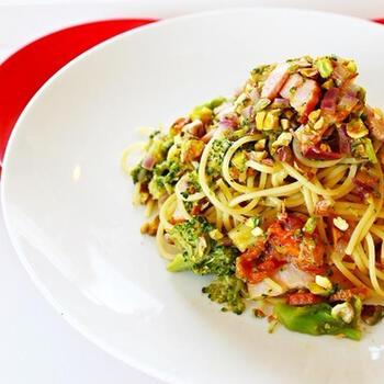 ベーコンとピスタチオなどがコクと風味をアップしてくれるパスタ。カリッとしたピスタチオの食感もよく、見映えのするひと皿です。