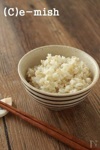 主食は食べた後にエネルギーとして消費されやすいごはんがおすすめ。白米でも十分なのですが、雑穀をくわえることでよりエネルギーが消費されやすい状態になります。麦ごはんでおなじみの大麦はプチ、モチ、とした触感で食べ応えもありますよ。