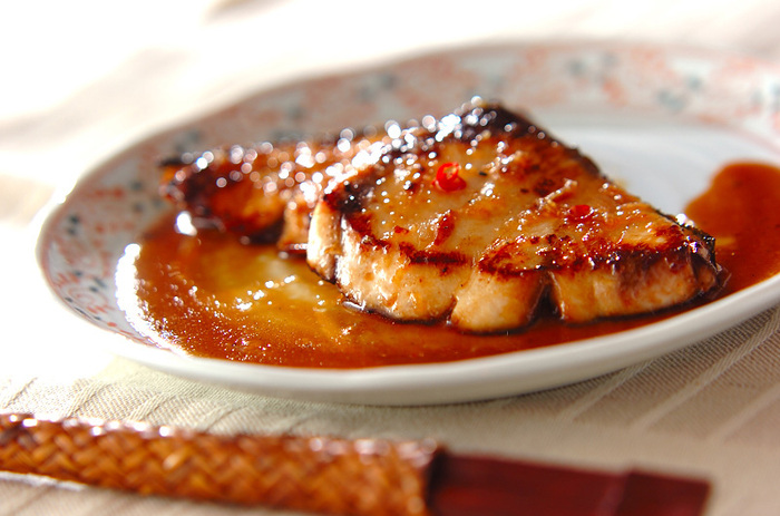ごはんと味噌汁がすごいのは和・洋・中・エスニックとどんな味付けとも合うところです。ブリは塩焼きも照り焼きもおいしいのですが、エスニックな味付けもよく合います。にんにく入りのパンチの効いたタレはごはんが進みますよ。