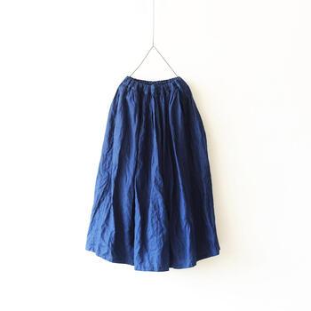 人工的で冷たいブルーではなく、優しさと奥深さを合せ持つインディゴブルー。濃紺のような深い藍色でも光が当たる部分は明るく、見る角度によって表情が変わります。経年で、ちょっとずつ色褪せて肌馴染みが良くなっていくのも楽しいですよね。リネンのフレアスカートは着心地快適で、1年を通して出番が多くなりそうです。